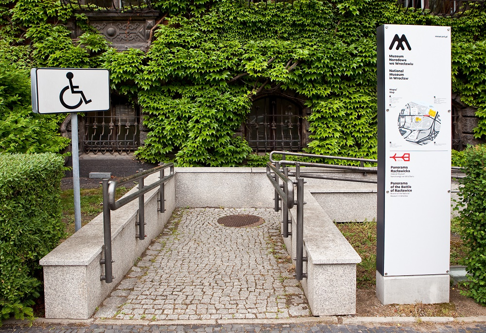 Foto: podjazd dla wózków w Muzeum Narodowym we Wrocławiu, zbliżenie