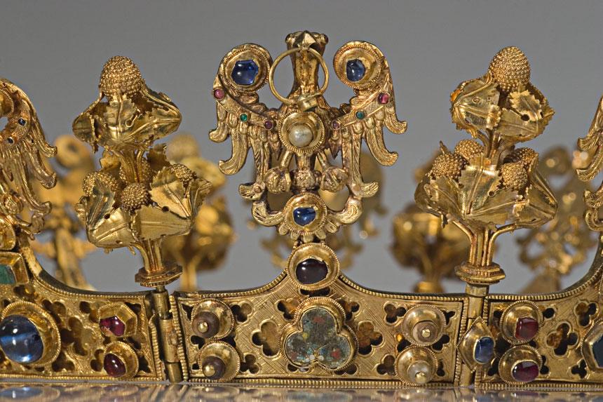 fragment złotej korony z orłem z pierścieniem w dziobie