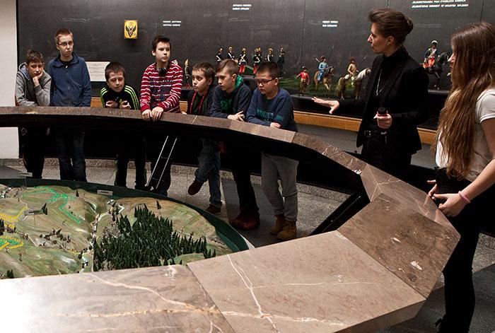 Foto: Zajęcia wParoramie Racławickiej – dzieci wMałej Rotundzie słuchają opowieści pani Izabeli
