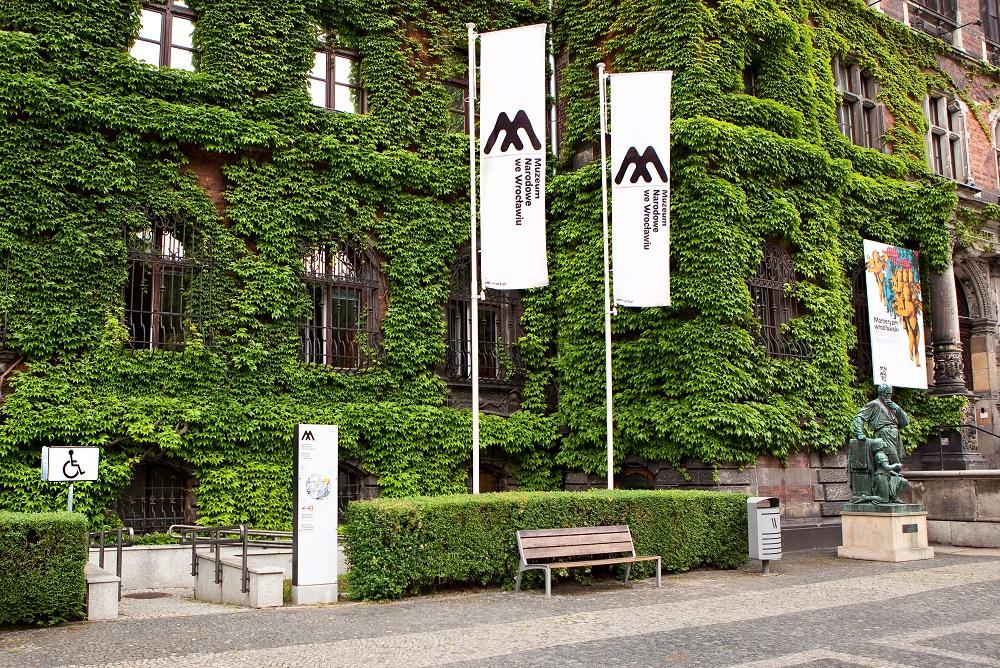 Foto: podjazd dla wózków w Muzeum Narodowym we Wrocławiu