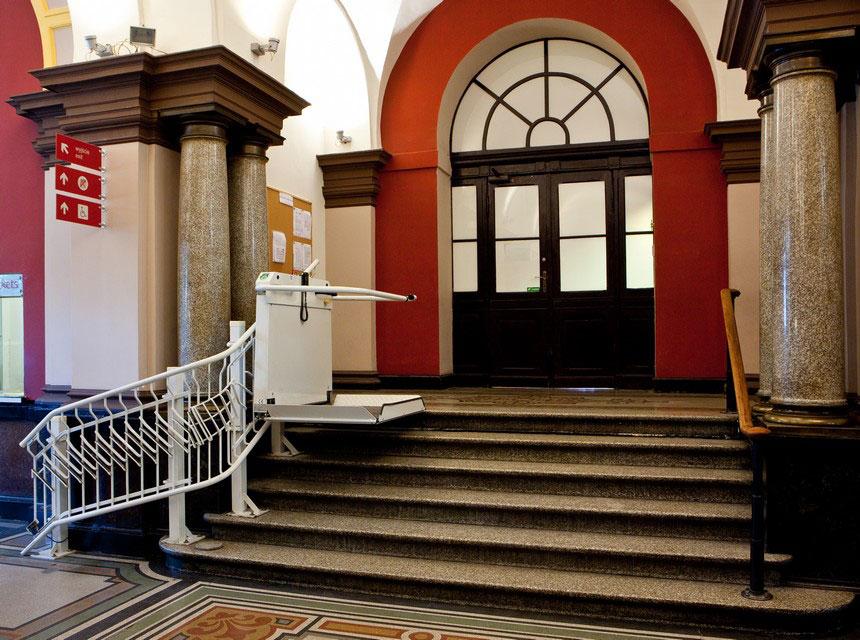 Foto: winda dla wózków w Muzeum Narodowym we Wrocławiu