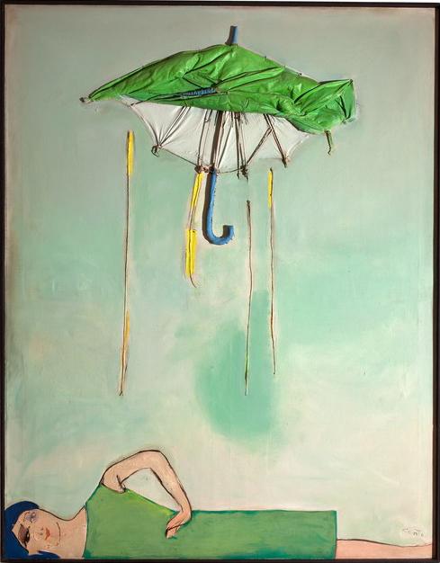 zielony parasol, apodnim leżąca dziewczyna wzielonej sukience