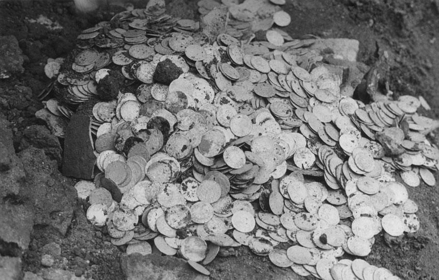 wykopane monety z rozbitego garnca