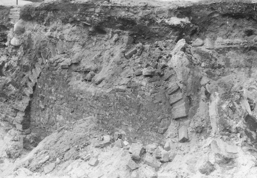 wykopy na których widać fragment ściany piwnicznej