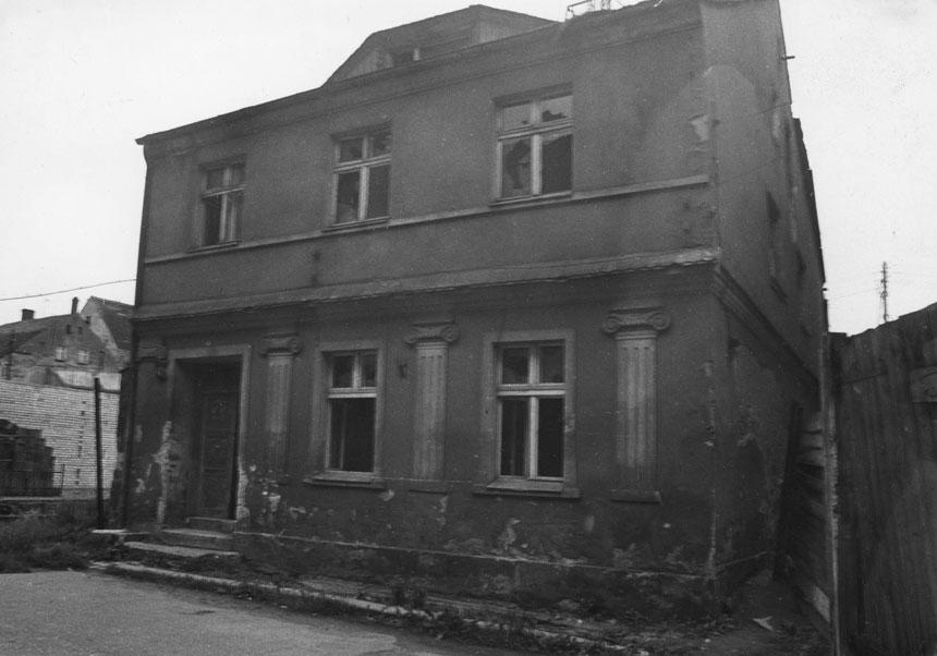 fragment starego dwupiętrowego domu zkolumnami nafasadzie