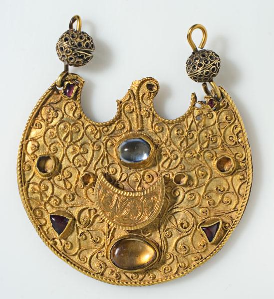 złota zawieszka z niebieskimi elementami