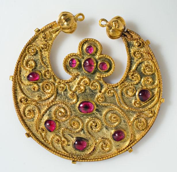złota zawieszka z różowymi elementami
