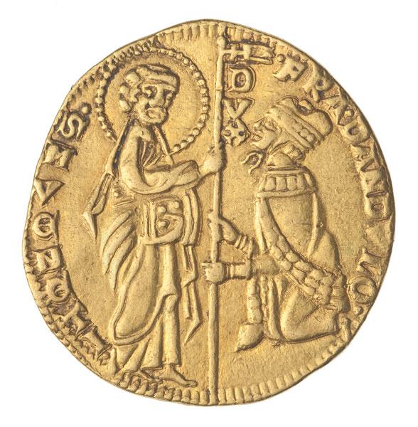 złota moneta z postaciami