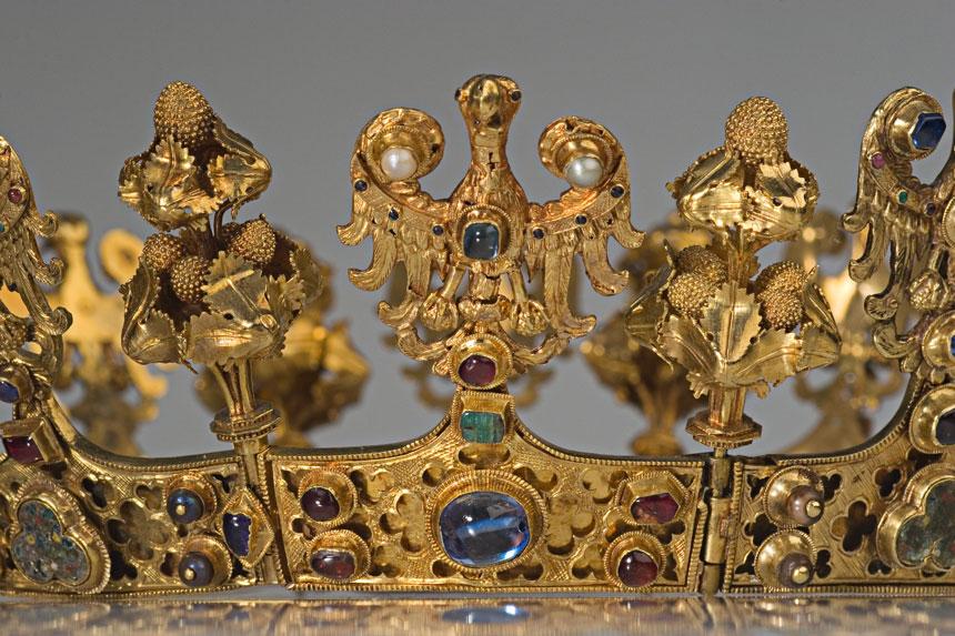 fragment złotej korony z orłem