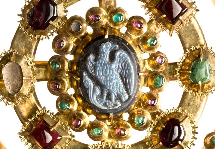 złota zapona z kamieniem z orłem