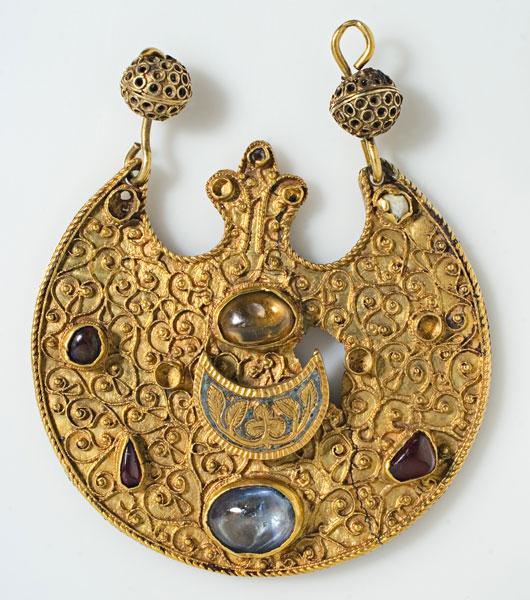 złota zawieszka zniebieskimi elementami