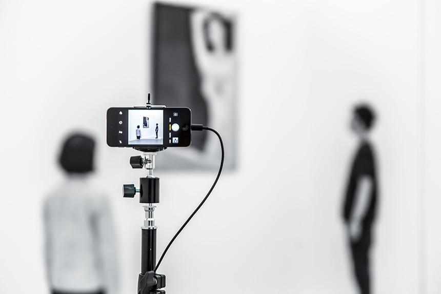 podgląd kamery na osoby oglądające obraz w tle