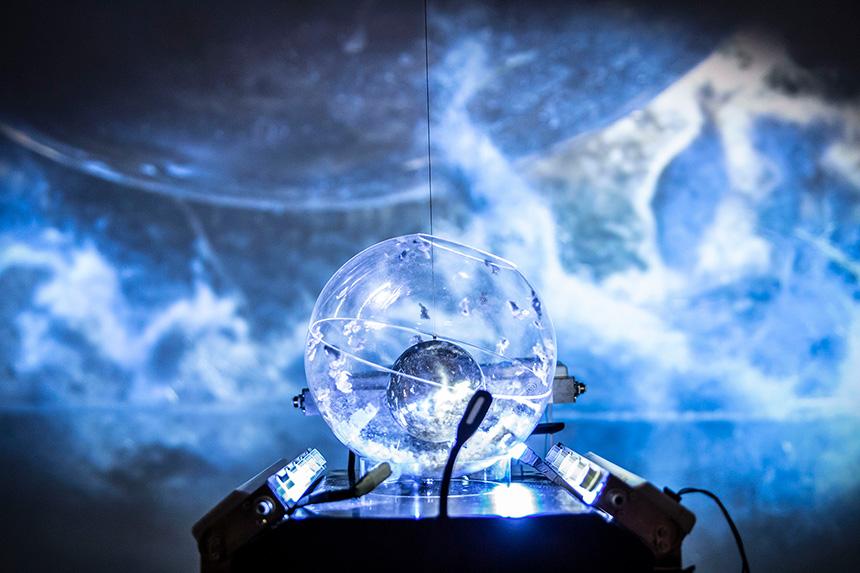 niebieska mapa morza lub kosmosu, w środku podświetlana szklana kula
