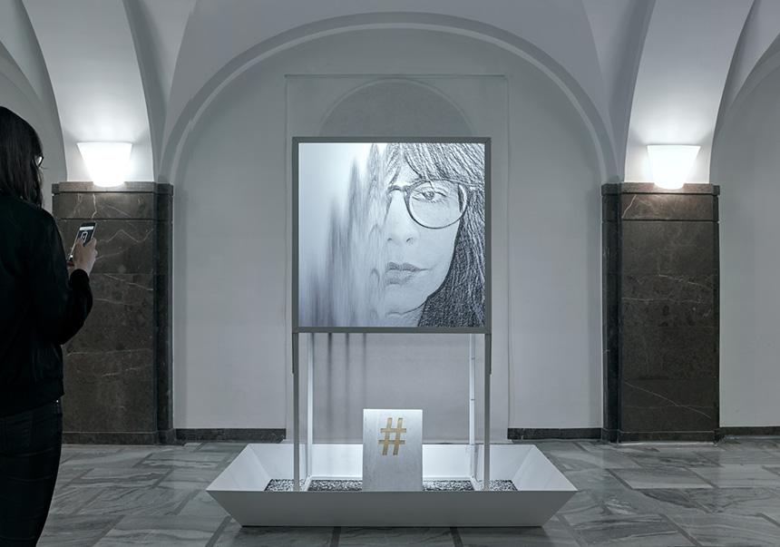 twarz kobiety w okularach na szarym monitorze