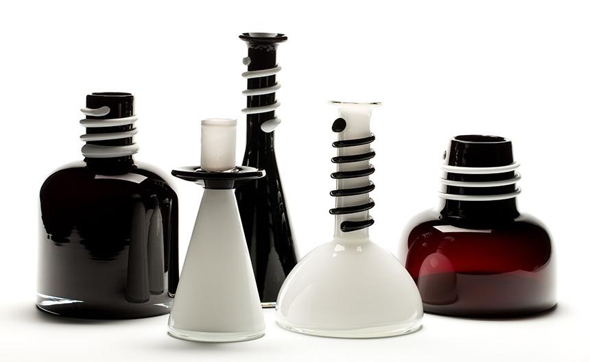 pięć czarno-białych wazonów