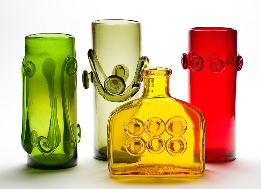 cztery przezroczyste wazony: zielony, biały, żółty i czerwony