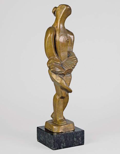 modernistyczny posąg stojącej kobiety