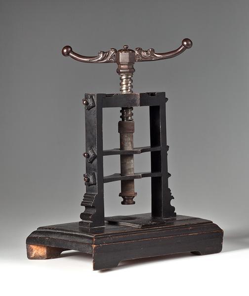pieczętna prasa śrubowa – ozdobne pokrętło ze śrubą na metalowo-drewnianym stelarzu