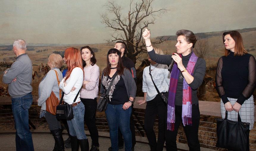 Grupa zwiedzająca Panoramę Racławicką