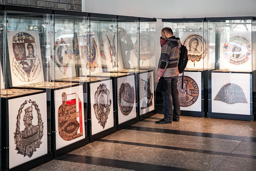 fotografie przedstawiają wirytny, wktórychprezentowane są przypinki iinne pamiątki związane zTadeuszem Kościuszką