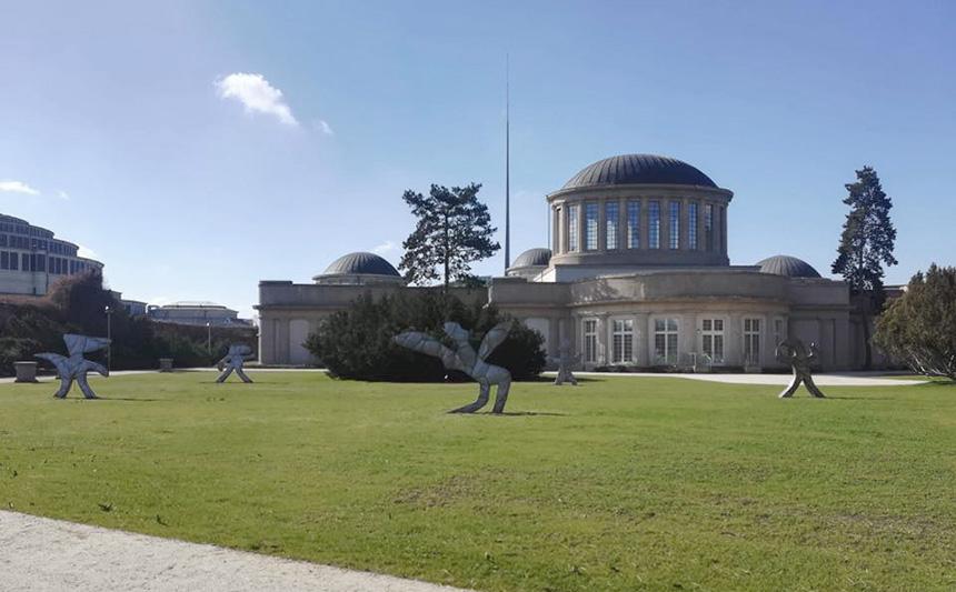 widok na rzeźby przez Pawilonem Czterech Kopuł