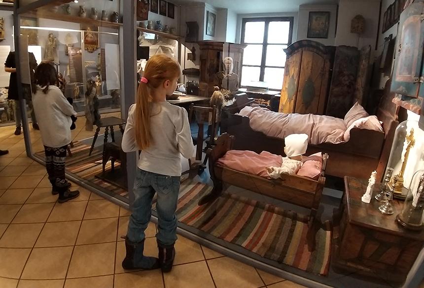 dziewczynka ogląda wystawę w muzeum