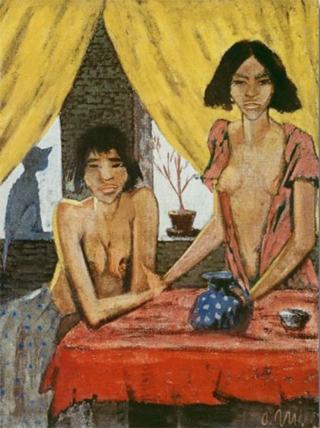 dwie dziewczyny na tle okna z żółtymi zasłonami, na parapecie siedzi kot,