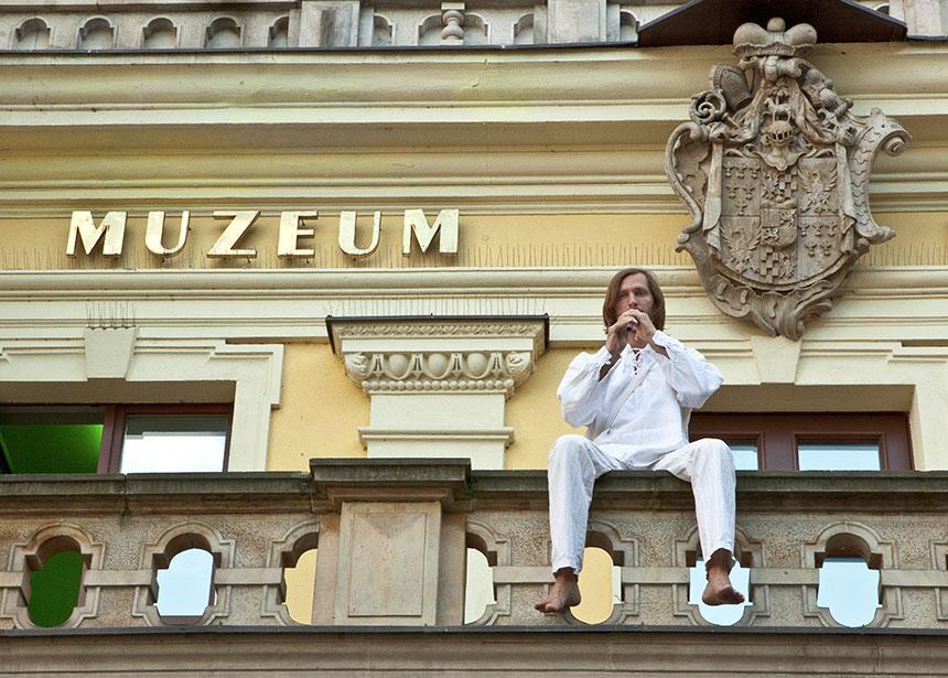 Sambor Dudziński gra nafujarce nabalkonie Muzeum Entograficznego