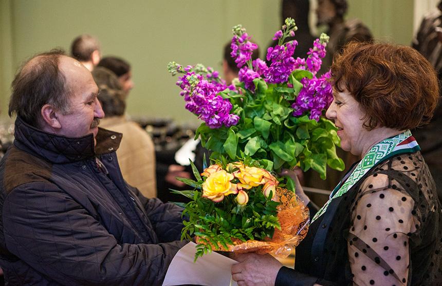 kierownik muzeum dostaje kwiaty od kowala Ryszarda Mazura