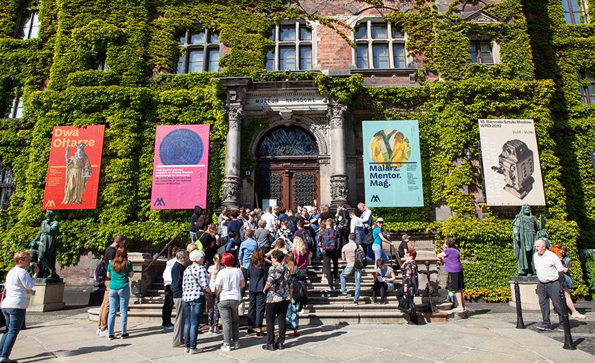 rozpoczęcie nocy muzeów w gmachu głównym – tłum zgromadzonych na schodach