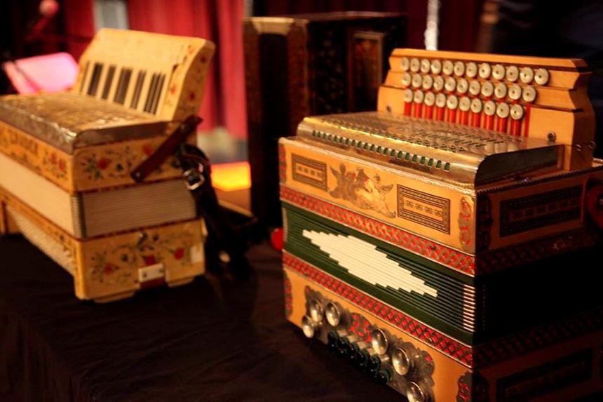 dwa akordeony, na kolejnych fotografiach również są różnego rodzaju akordeony