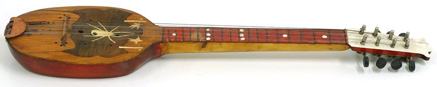 Prim wkształcie ośmiostrunowej mandoliny zozdobą wkształcie pająka napudle podstrunami