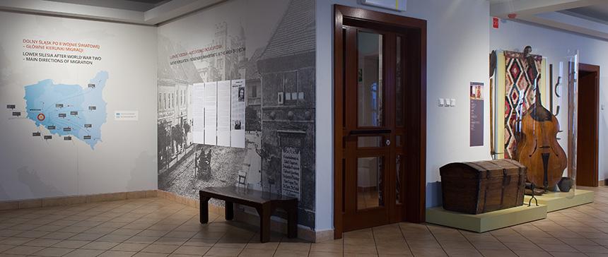 fragment ekspozycji wMuzeum Etnograficznym – wtle prezentowany jest instrument berda (przypomina kontrabas)