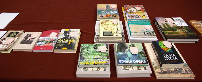 książki nagrody zaprezentowane na stole