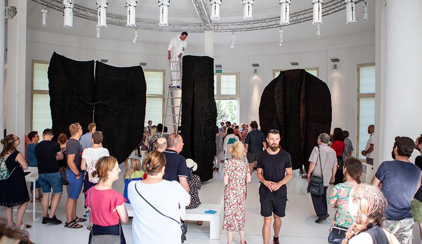 sceny rozgrywają się przy rzeźbach Magdaleny Abakanowicz
