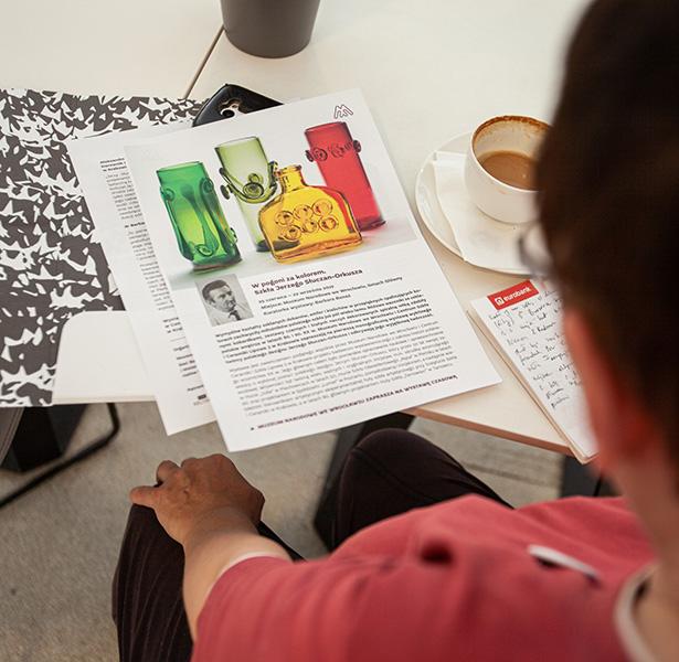 konferencja odbyła się w muzealnej kawiarni, tu: zbliżenie na materiały prasowe dla dziennikarzy