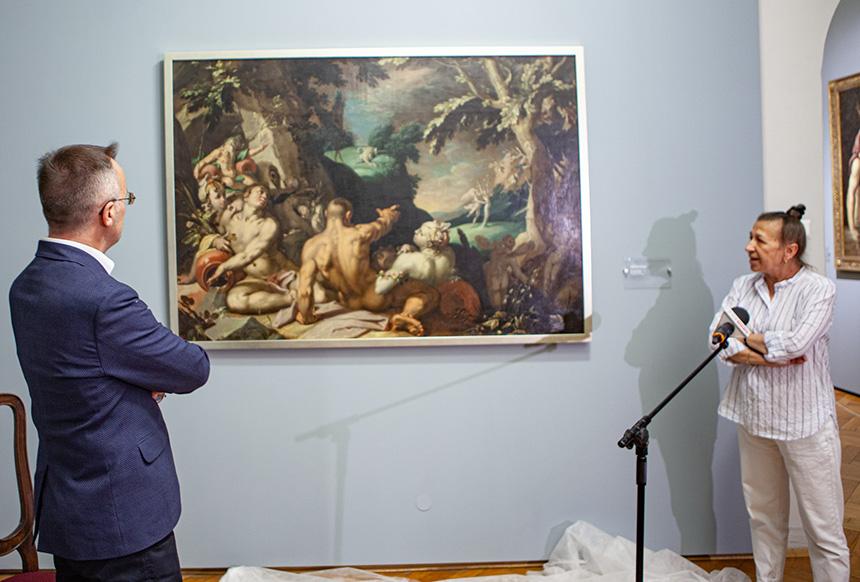 kurator galerii opowiada ministrowi o obrazie