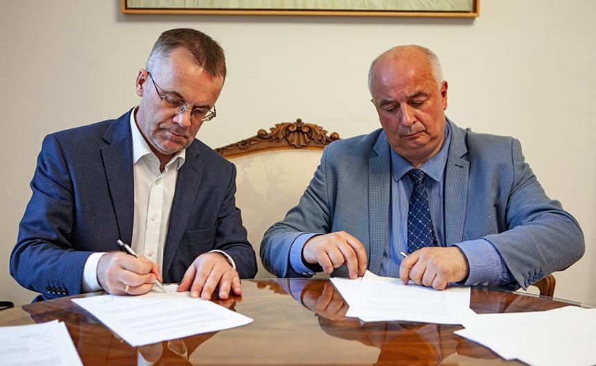 podpisanie umowy przez ministra i dyrektora muzeum