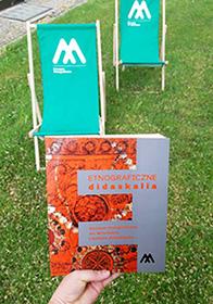 książka Didaskalia natle dwóch muzealnych leżaków plażowych