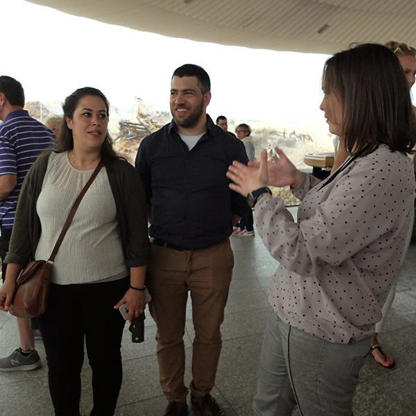 na fotografiach widać rabina z żoną zwiedzających panoramę