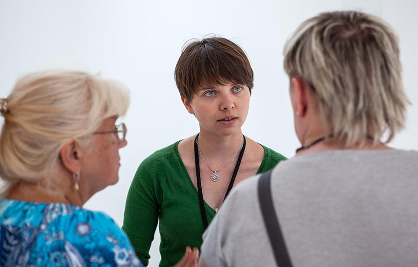 Prowadząca rozmawia zdwiema uczestniczkami