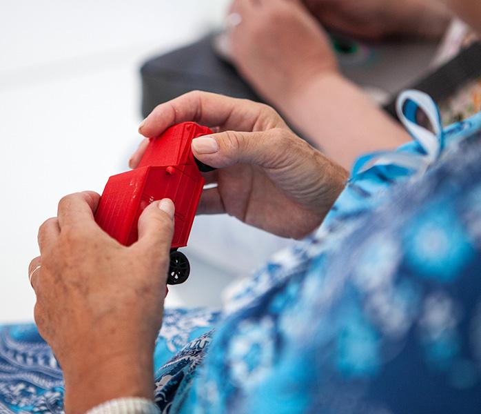 dotykanie czerwonego plastikowego autka