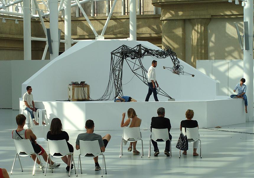 fotografie prezenutują występ Teatru natle maszyny Senster