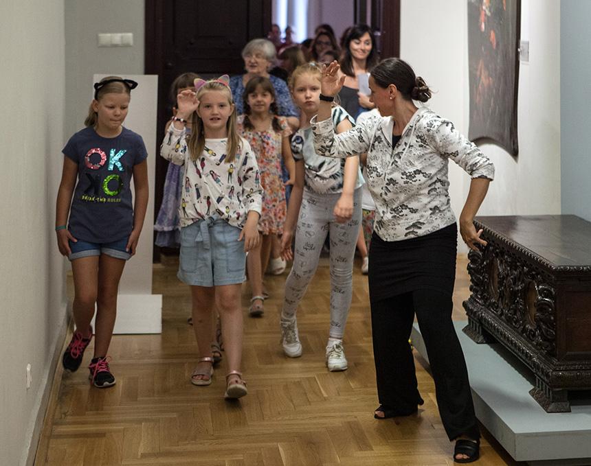 dziewczynki z opaskami na włosach w kształcie kocich uszu idą przez galerię