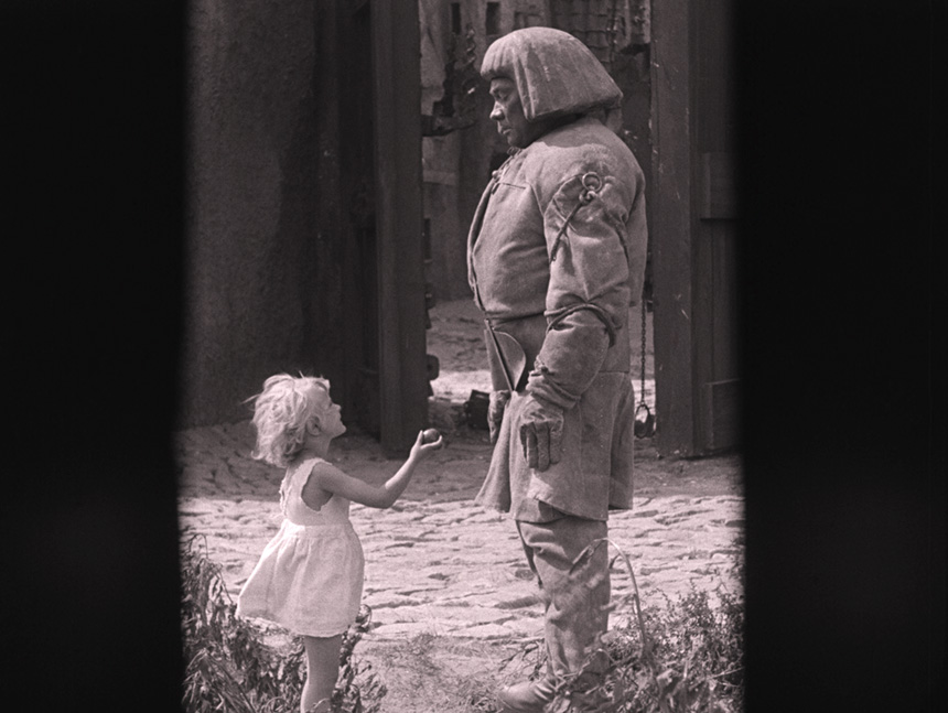Golem zdziewczynką podającą mu jabłko, scena zfilmu niemegoolem