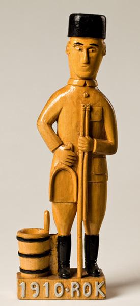 Rzeźba przedstawiająca mężczyznę wczarnym nakryciu głowy