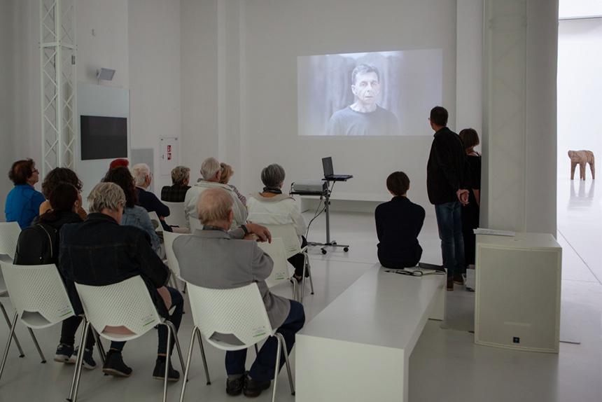 uczestnicy oglądają prezentację oTeatrze Czterech