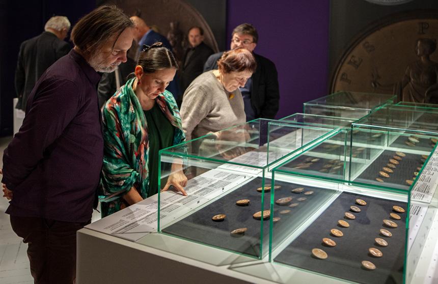 zwiedzający oglądają medale