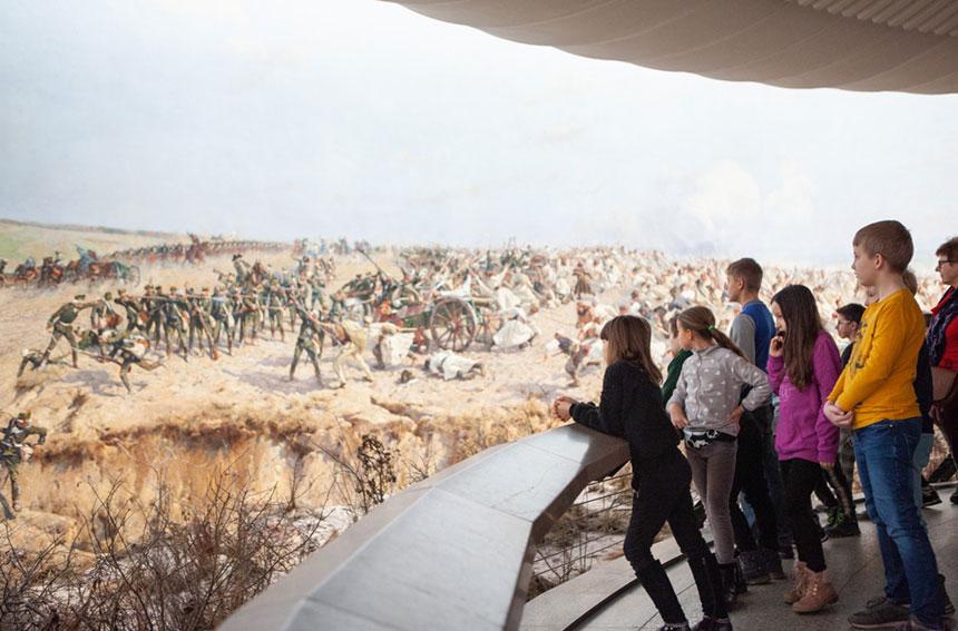 Fragment Panoramy Racławickiej zoglądającymi ją dziećmi