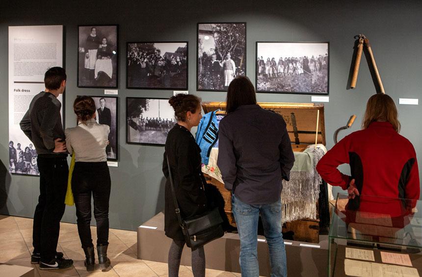 fotorelacja zwernisażu wystawy poświęconej przedwojennym Sokolnikom